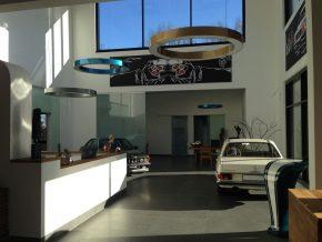Auto Zentrum Nord in Chemnitz – das Licht rundet den perfekten Eindruck der Architektur ab